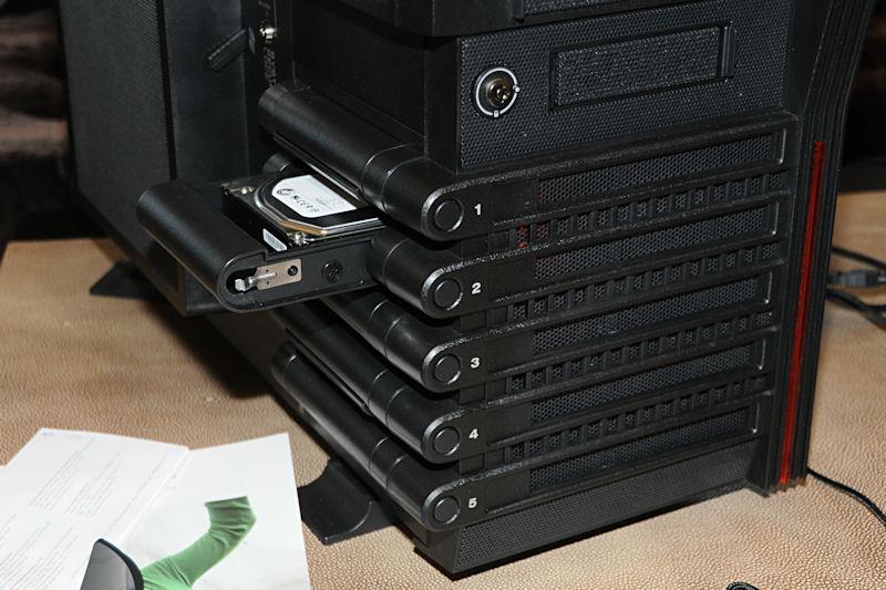 HDDベイはサイドカバーを開けることなく脱着が可能
