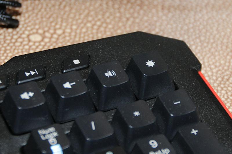 右上に用意されたLEDキー。輝度を数段階に切り替えられる