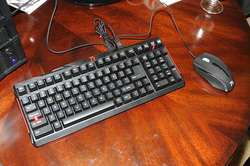 省スペースタイプのキーボードと、ゲーマー向けマウス
