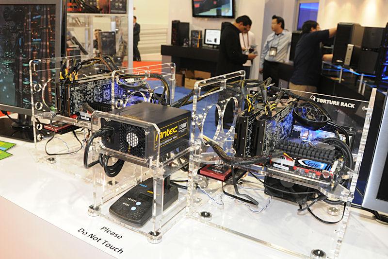 Antecブースで実施された1台の1,200W電源で、i7-980Xと2枚のGeForce GTX 580のPC 2台を動作させる続けるデモ