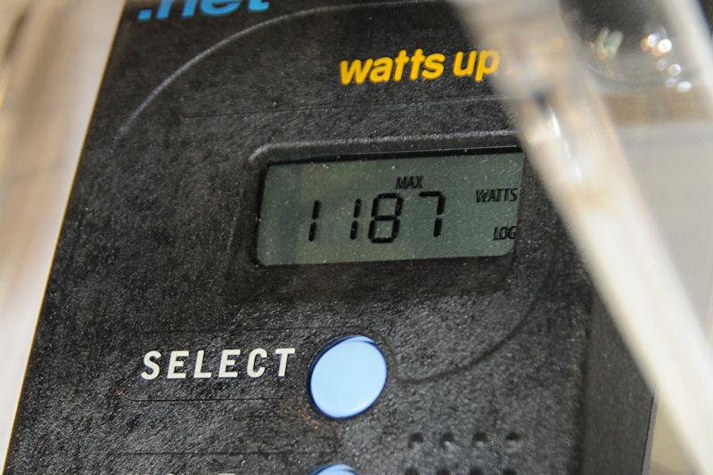 2台のPCを動作させたさいの消費電力は1,190W近く、電源ユニットの1,200Wが定格出力の表示であることをアピールしている