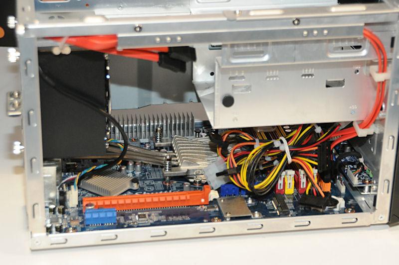 内部の様子。PCI Express x16スロットも1スロット備えている