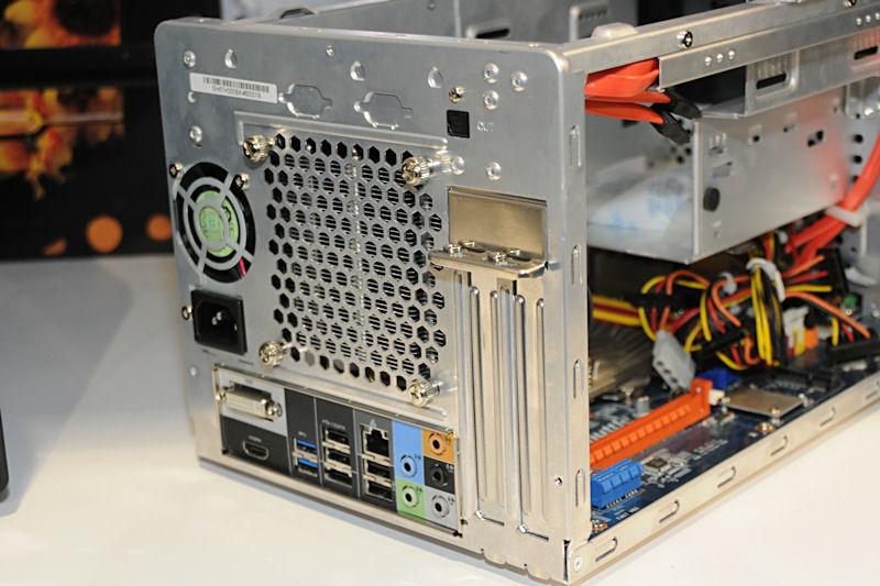 背面。インタフェースはDVI、HDMI、USB 3.0×2、USB 2.0×5といったあたりが特徴