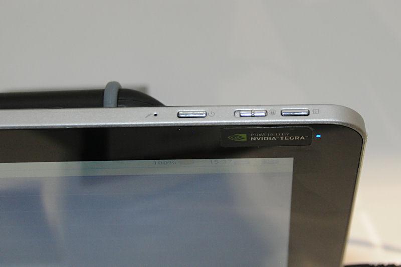 上部は電源スイッチのほか、デバイスロック、外部ディスプレイへの出力スイッチを持つ