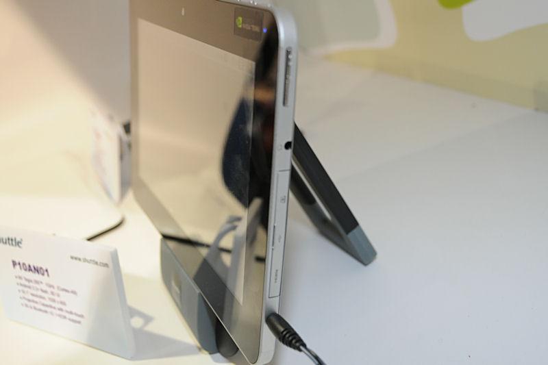 サイドにはHDMI、USB、SDカードスロットを備えている