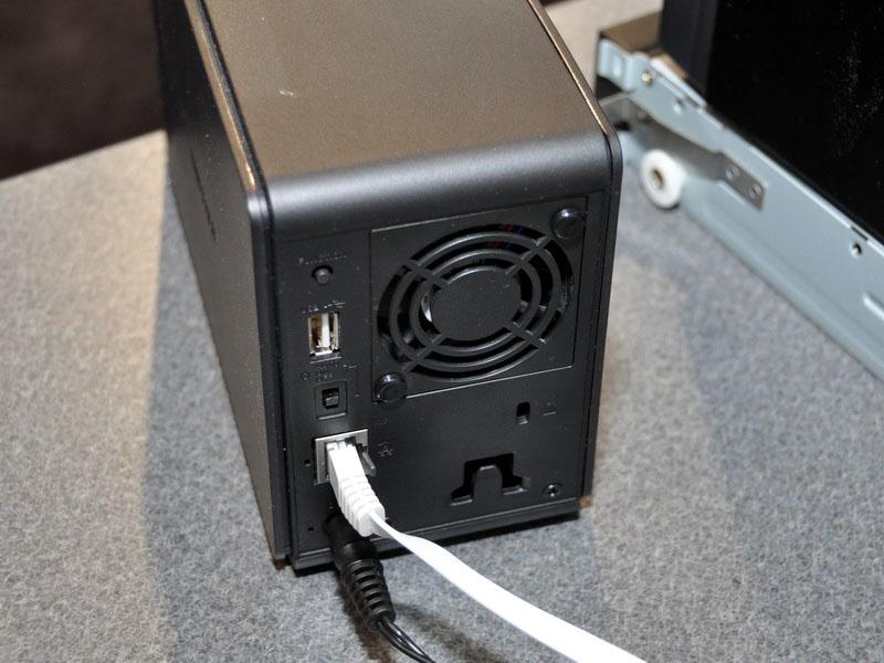 背面には、空冷ファンとUSB 2.0コネクタ、Gigabit Ethernetポートなどを備える