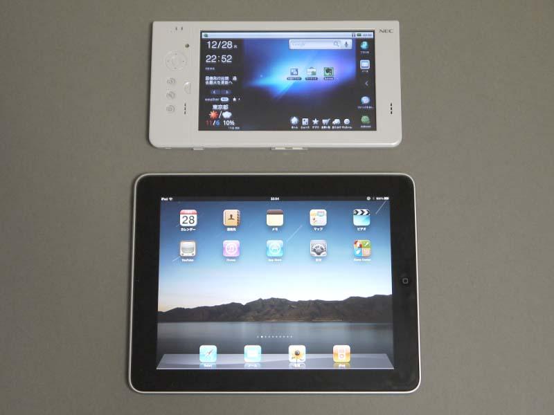iPad(下)との比較。本体の幅だけ見ると、あまり差がないことが分かる