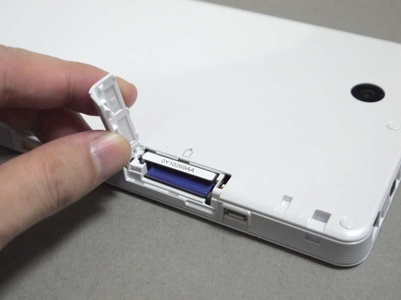 microSDではなくフルサイズのSDカードスロットを搭載する。製品には2GBのSDカードが付属する