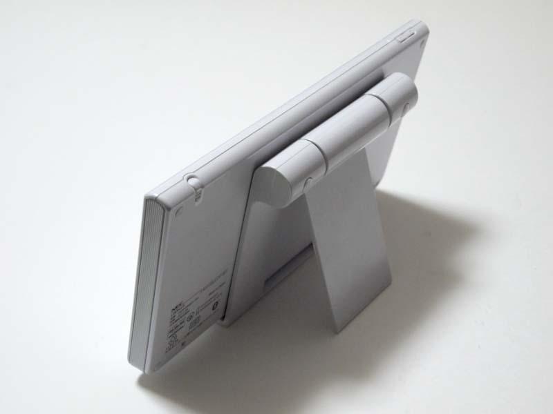 付属のスタンドを用いることでデジタルフォトフレームとして利用できる。このスタンドは角度が無段階で可変する。充電機能はない