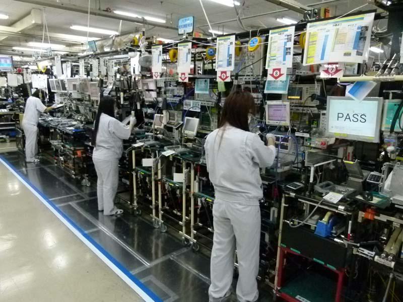 3階のパソリンクのODU(屋外装置)の生産ライン。約7mのラインで生産される