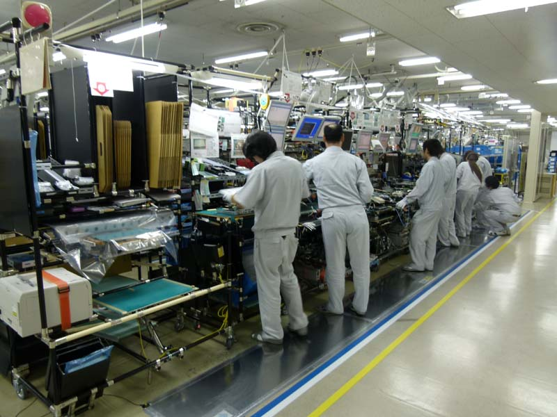 こちらは、IDC(屋内装置)の生産ライン。1日1,800~2,000台が生産される。この3年間で生産性は2.7倍となっている。MICのクリーンルームの一部工程を3階に配置し、直結することで生産性を高めている