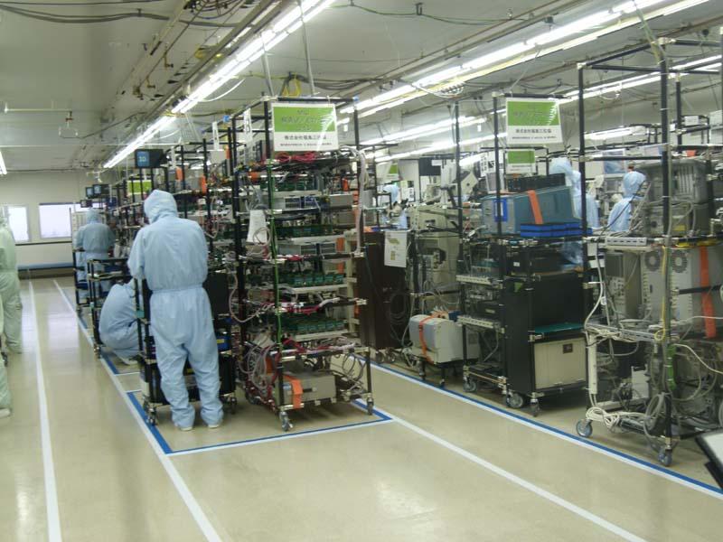 5階のMIC生産工程。クラス10000のクリーンルームのなかで熟練した社員が、ダイボンディングなどの作業を行なう