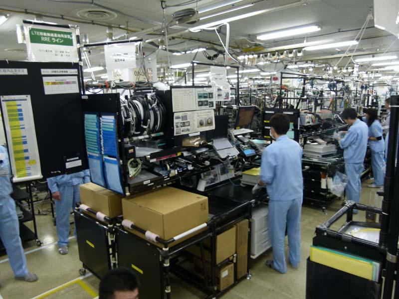 4階のLTE移動無線基地局生産ライン。パネル組立、検査、装置組立、エージング、周波数確認、無線試験、機能試験などを経て出荷される