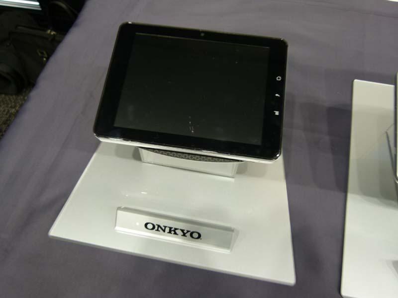 オンキヨーが参考展示した7型のAndroid端末。16:9と4:3を用意。2011年前半の発売を予定している