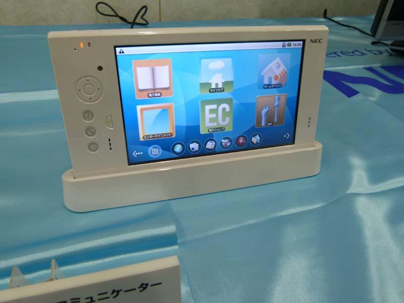NECのAndroid端末「LifeTouch」を展示。CESで展示された2画面タイプやキーボードタイプなどは展示していなかった