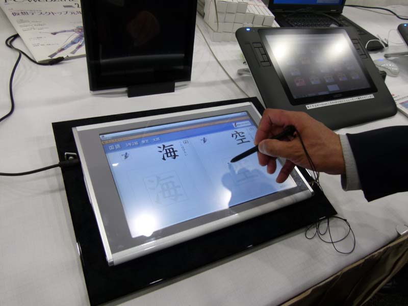 東芝デジタルメディアエンジニアリングがプロトタイプとして展示したAndroid端末。筆圧を関知した入力が可能