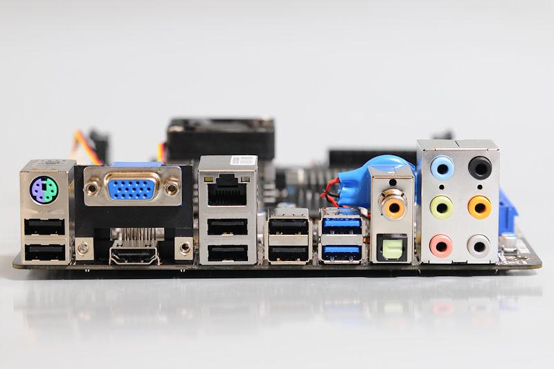 【写真4】I/Oパネル部。ディスプレイ出力はミニD-Sub15ピンとHDMIの2系統となっている