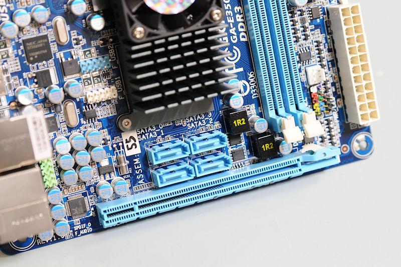 【写真7】PCI Express x16スロットは同様にx4モードで動作。6Gbps対応のSATAを4基備える点もMSI製品と同じだ