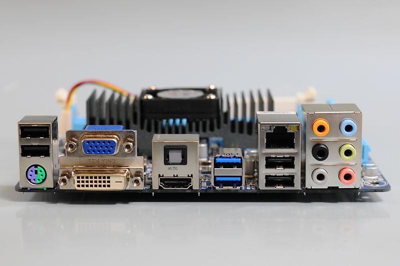 【写真8】I/Oパネル部のディスプレイ出力はDVI-Dを装備しているのがポイントになるだろう。ほかにミニD-Sub15ピン、HDMIを備える