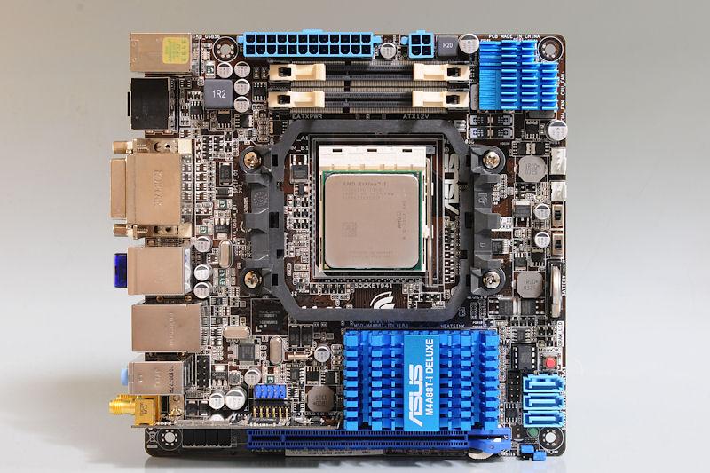 """【写真13】AMD 880G+SB710を搭載する、ASUSTeKの「<a href=""""http://www.asus.co.jp/product.aspx?P_ID=jGAoIFEziW5sPYy7"""">M4A88T-I Deluxe</a>」"""