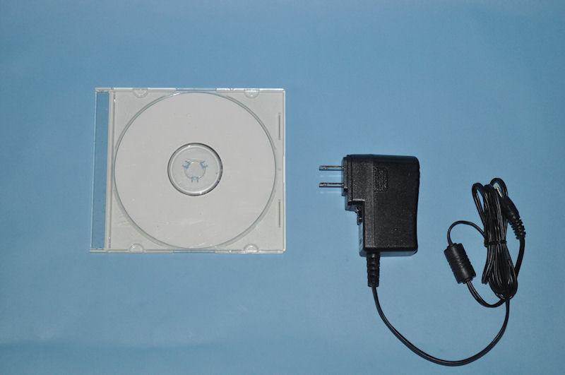 CDケース(左)とACアダプタのサイズ比較
