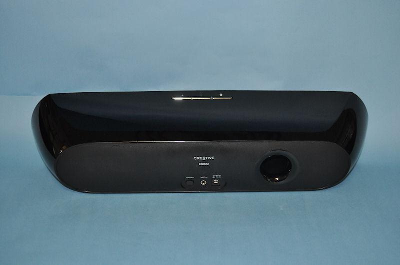 Creative D200の背面。バスポートが設けられており、迫力のサウンドを実現する