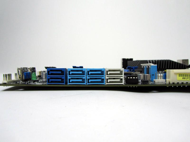 SATAのポート。白色が6Gbps、水色が3Gbps、青色が6Gbps(Marvell製9128によるもの)