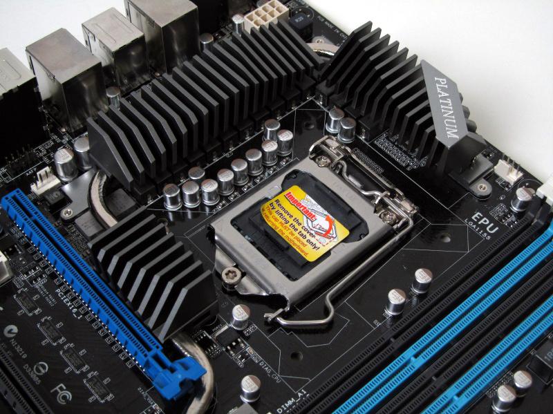 CPU周辺のヒートシンクは高さが抑えられており、大型のサイドフローCPUクーラーも装着できる