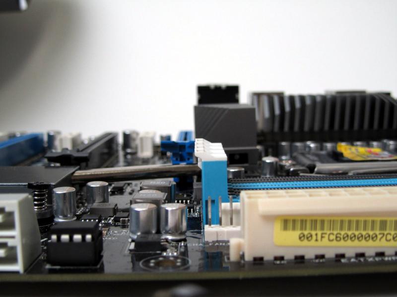 メモリスロットは片側のラッチのみとなっており、もう片方は突起のみ。これによりビデオカードを外さなくてもメモリの取り外しが可能で、なおかつメモリクーラーも取り付け可能