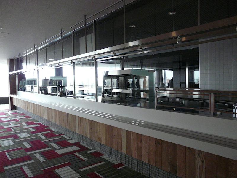 ここは中華料理関連の厨房。カウンターで食事を受け取る仕組みとなっている
