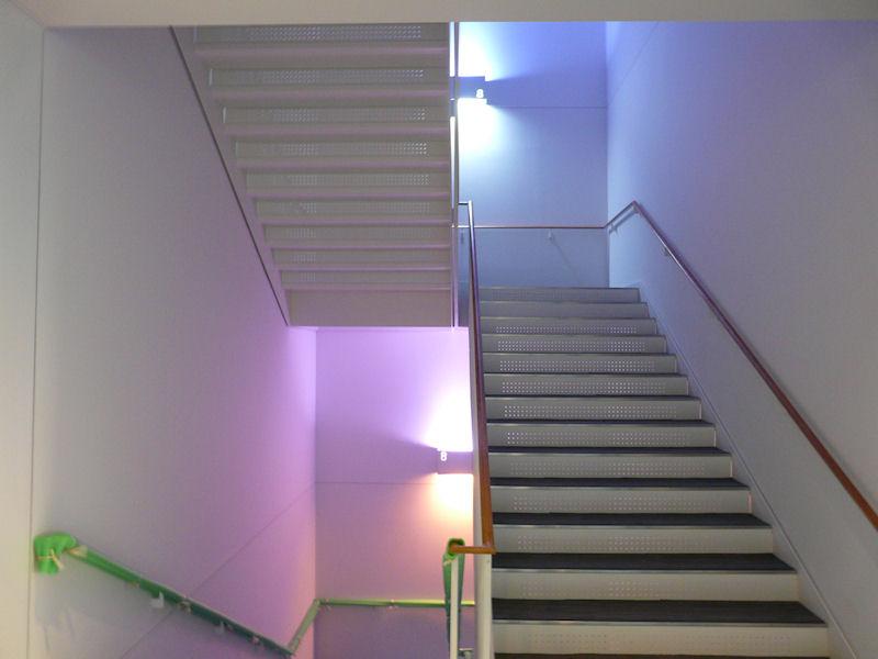 階段はLED照明。フロアごとに色調を変える工夫も