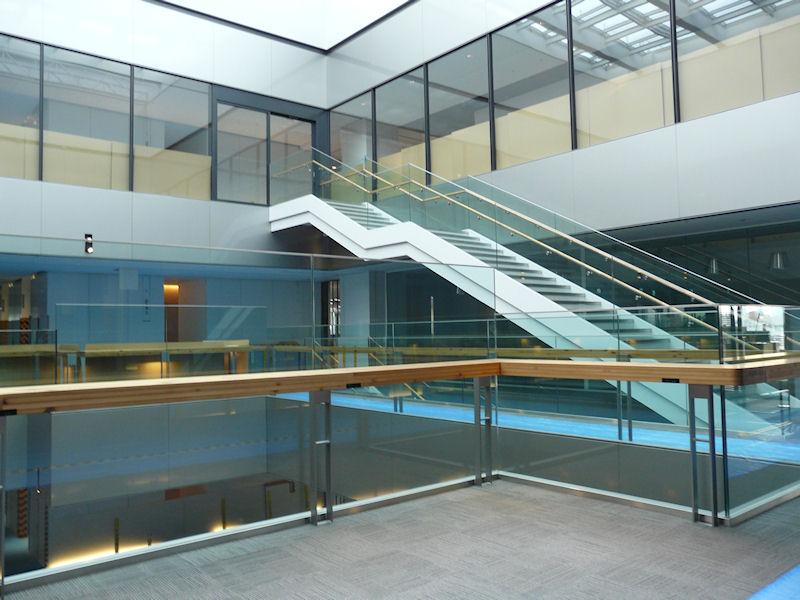 7階のオフィスフロアから8階のカフェテリアには階段で移動できる