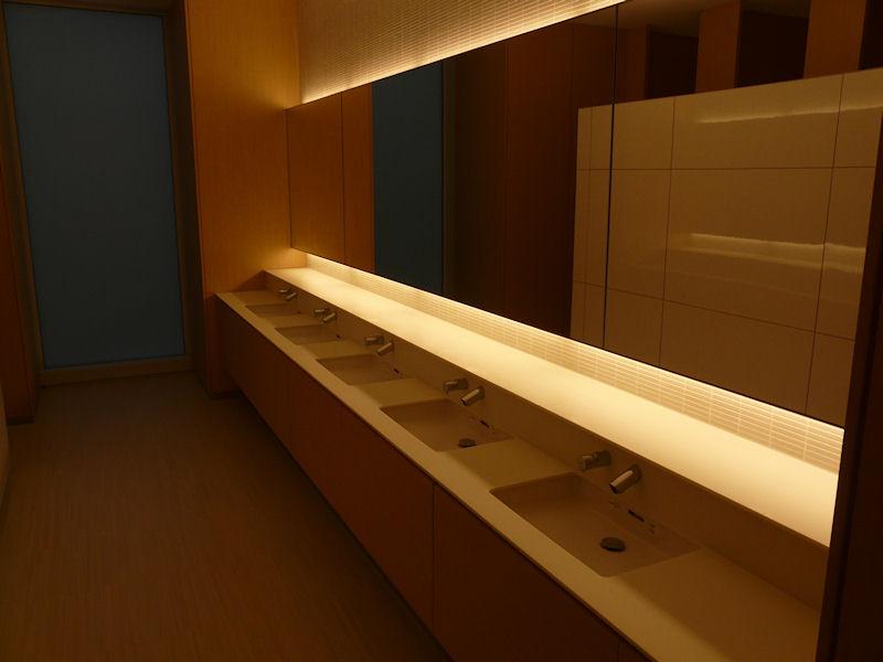 洗面所は南北にそれぞれある。女性用は明るい雰囲気でいわば「高島屋」風と表現