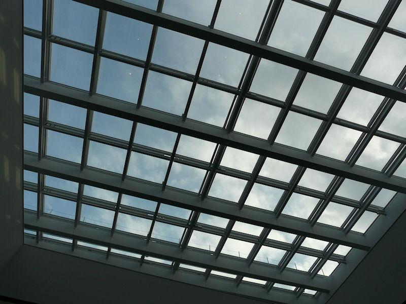 吹き抜けの天井はガラス張りとなっている