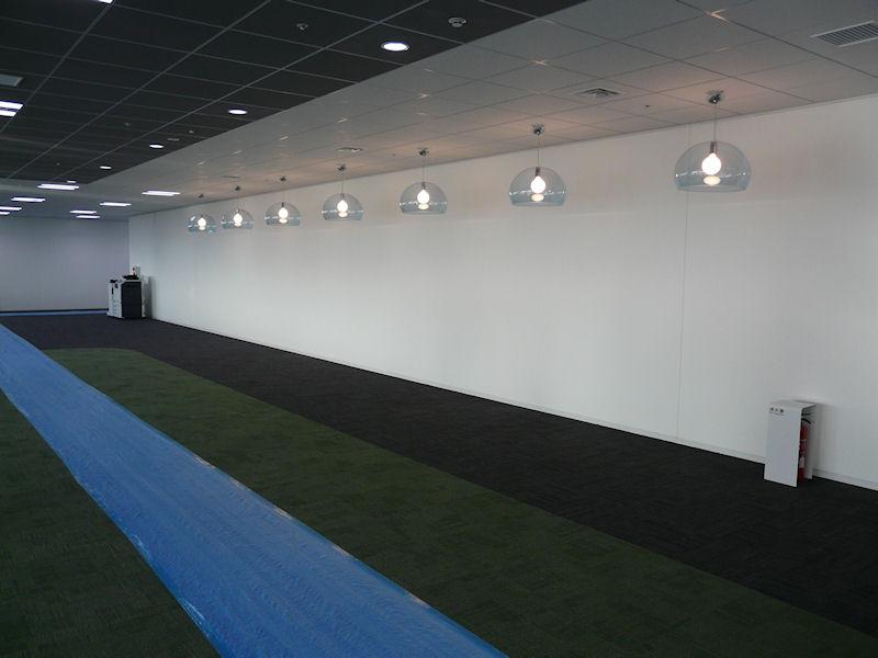 電球のある場所にはファミレス風のソファが設置される予定。ミーティングに活用する