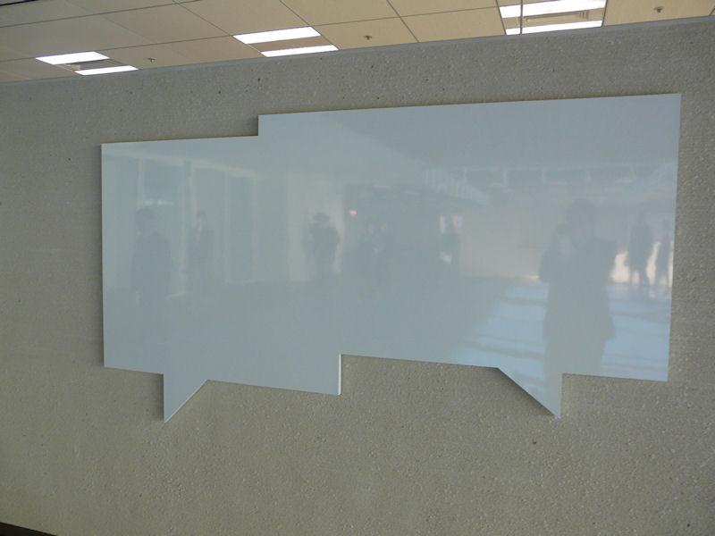ユニークな形状のホワイトボードも設置