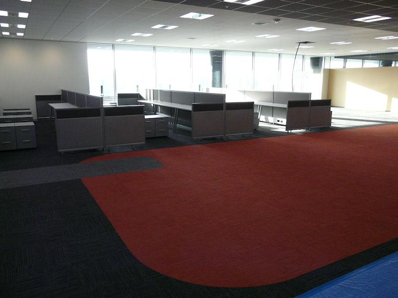 オフィス内のカーペットは方向によって黄、緑、青、赤に色分けされている