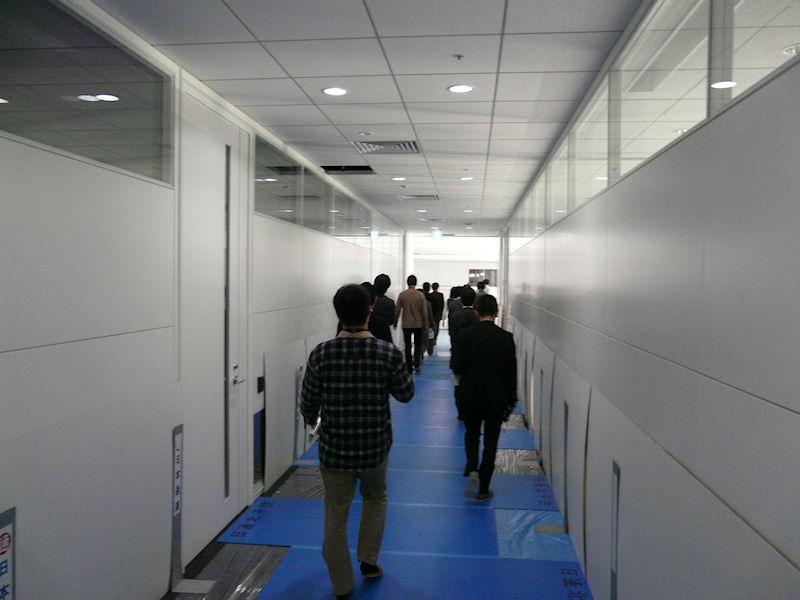 取材する報道陣。天井が高いことがわかる。ほとんどの部屋で2.9mもある