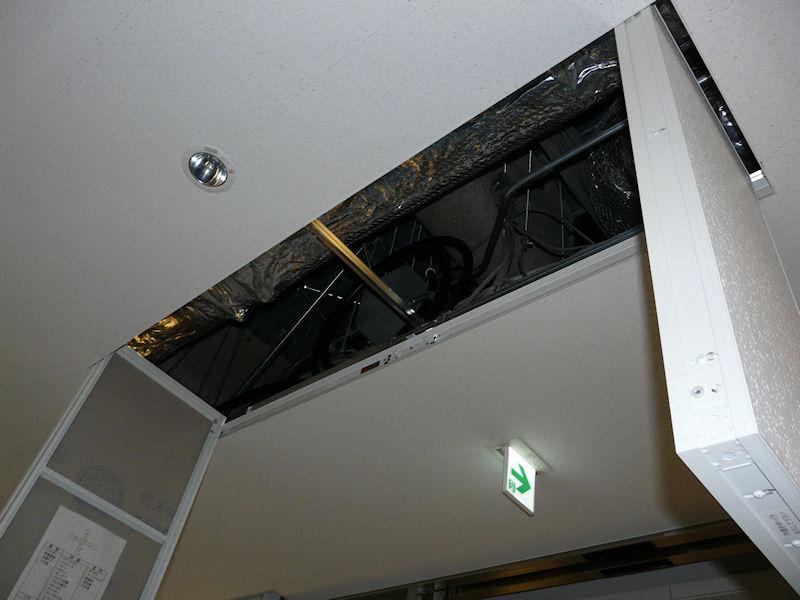 ダクトルートを外部に置いたことで、天井裏は簡素化できたという
