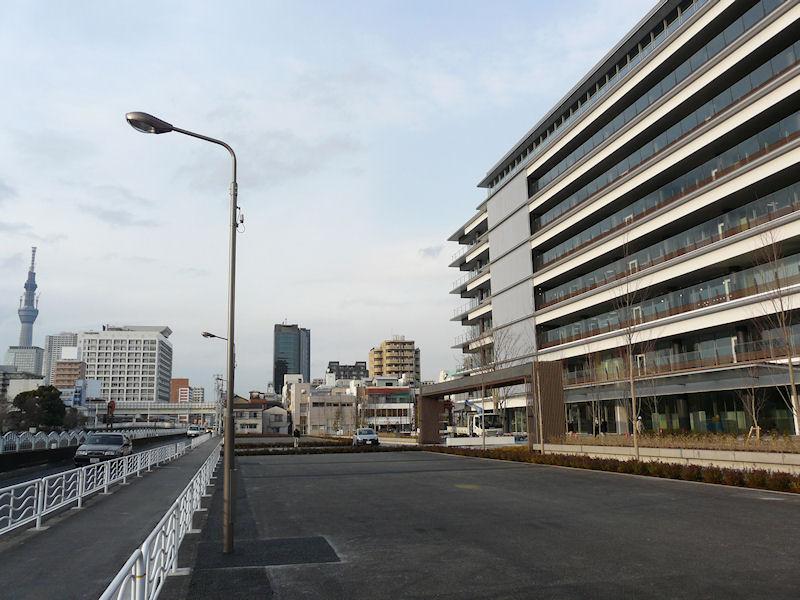 都の計画で、入口に隣接する道路を現在の6mから20mに拡張するため、2万平方mを切る敷地面積となった