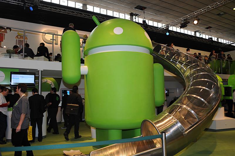 Google本社内にもあるスライダー。MWCのGoogleブースに小規模ながら再現されている。2階部分から滑り降りると、その様子を写した記念写真がもらえる