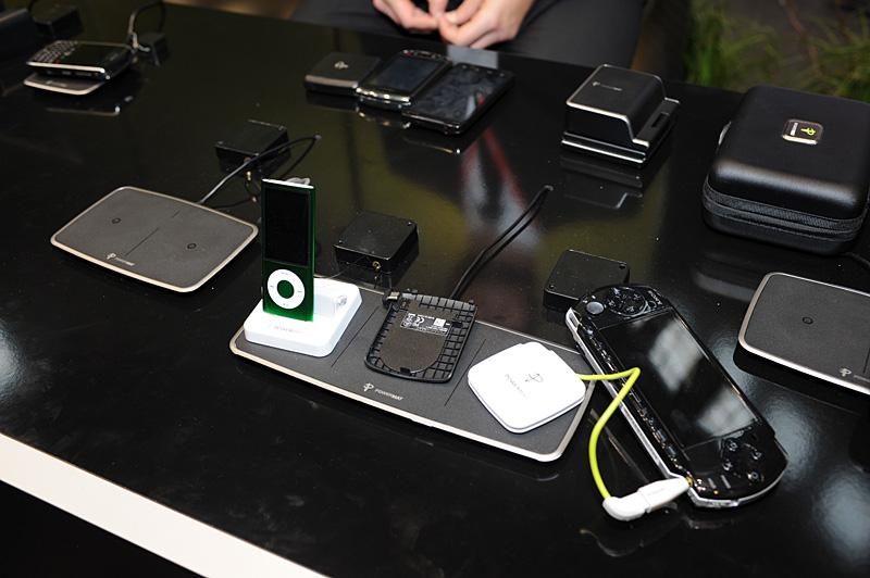POWERMATのさまざまな充電台と充電ユニット。右端はユニバーサルタイプで5V出力。アダプタを付けてPSPを充電したり、USB充電などに対応する。左端はiPodの30ピンに対応するスタンドタイプのアダプタ