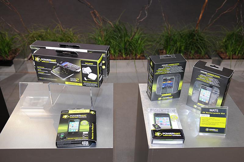 Best Buyなど米国内の量販店では、すでにこうしたPOWERMATの製品が相当量流通している。価格は3充電を同時に行なえるマットにUSB充電対応のユニバーサルアダプタが1個付いて99ドルほど