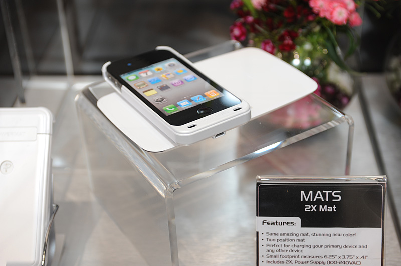 売れ筋のiPhone 4対応ジャケットはInternational CES 2011から多色化展開が行なわれている。写真のホワイトのほか、紫、緑、ピンク、青など派手なカバーもある