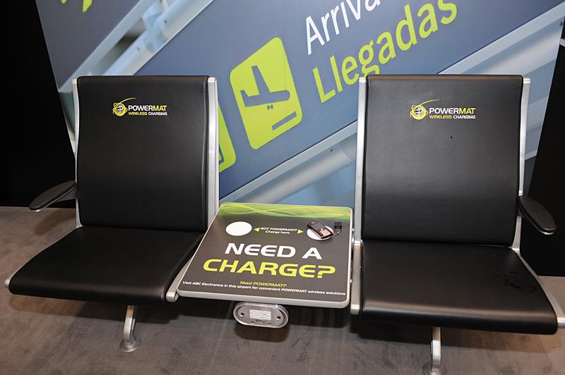 空港の搭乗ゲート前に設置されるような椅子。これも白い丸の部分に置くだけでワイヤレス充電ができる仕組みだ。こうしたインフラ部分の整備の有無で普及度合いが変わってくる