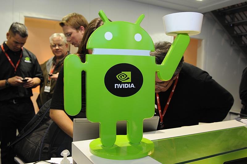 Androidに関連するブースにはこうしたスタンドが用意されていてボウルの中にピンズが入っている。ピンズが品切れになると中身は緑色の飴に変わる。会期中、何個この飴を口にしたことだろうか