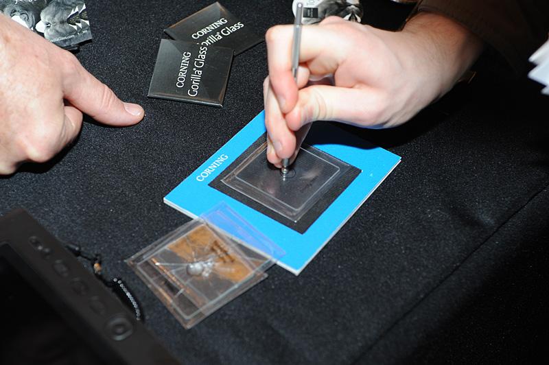 すっかりブランドとして定着したCorningのGorilla Glass。Mobile Focusの会場では、同厚のガラスと比べて、衝撃を与えた際の比較を実演していた