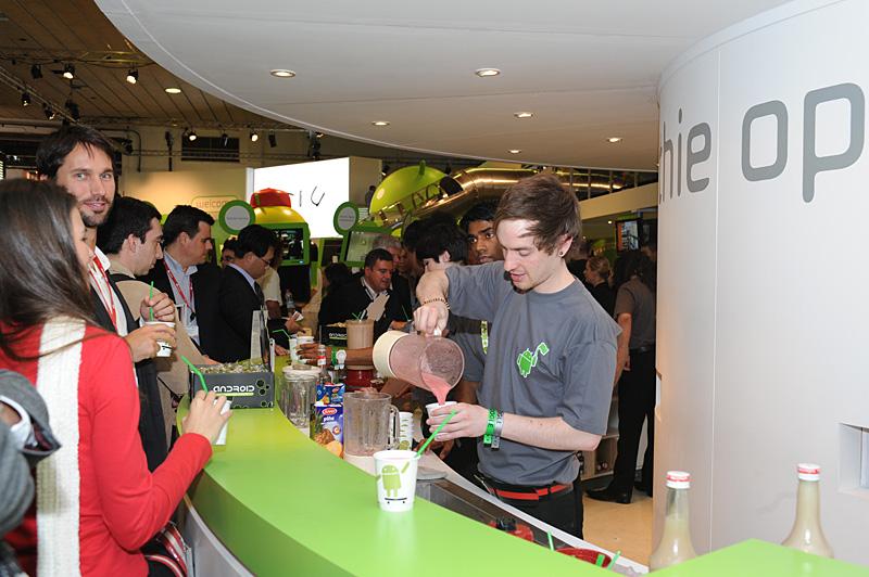 来場者に振る舞われたスムージー。ストローもAndroidのイメージカラーである緑色でカップにはドロイド君が印刷されている