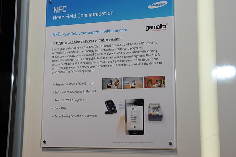 Samsungブースで紹介されているNFCで実現できる事例。クレジットカード決済、店舗案内の提供、ドアキーへの応用、NFC搭載機間でのデータシェアリングなどが挙げられている