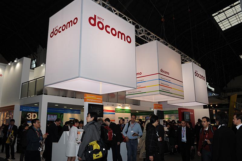 NTTドコモブースの様子。同社は韓国のKTと相互利用できるNFCサービスの提供で合意したと発表済。ブースではクーポンやチケットをNFCに取り込んで、日韓をまたいで利用できるイメージがデモンストレーションされていた